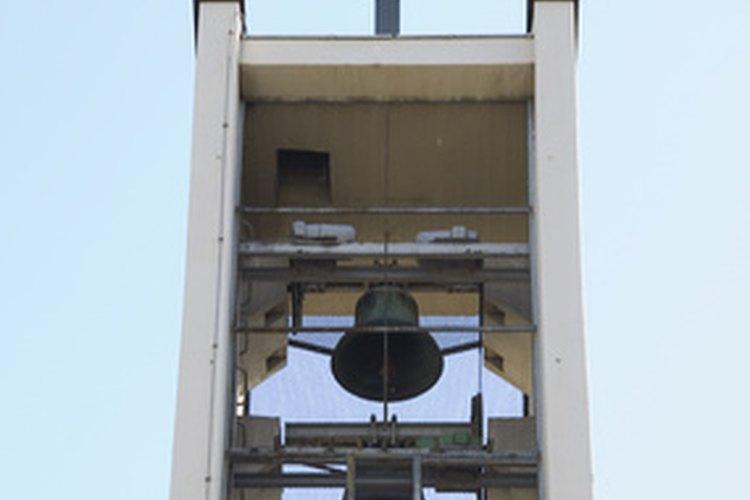 Las campanas de la iglesia suenan en los centros urbanos de todo el mundo.