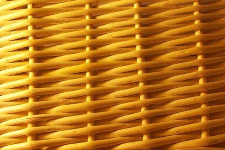 Mimbre se refiere a cualquier material estrecho y flexible que puede tejerse en cestas.