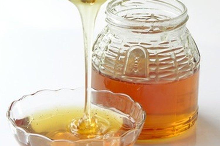 La miel es una sustancia naturalmente benéfica y pegajosa para retener los peinados.