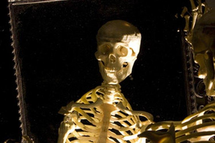 Habla con los parientes muertos mirando en un espejo.