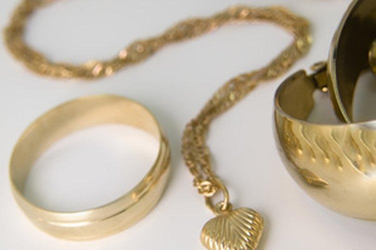 Limpiar la joyería de oro es fácil.