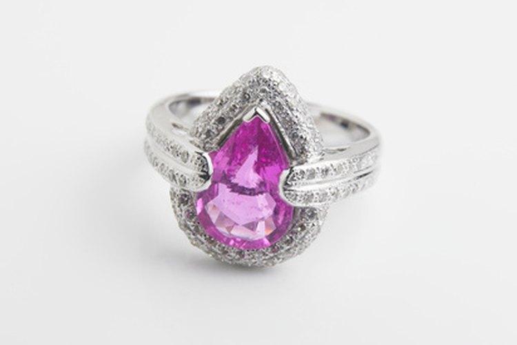 Si no te gustan los anillos de graduación tradicionales, elige un anillo que te guste y hazlo grabar o personalizar.