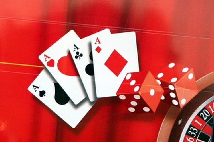 Haz tus propias decoraciones para una fiesta con temática de casino.