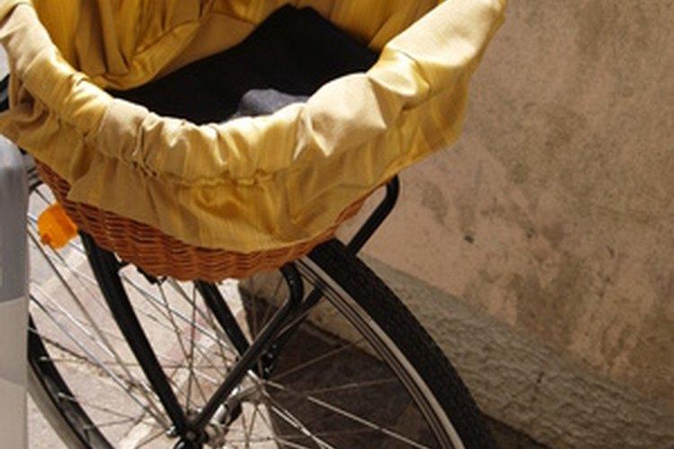 Instalando una canasta de bicicleta.