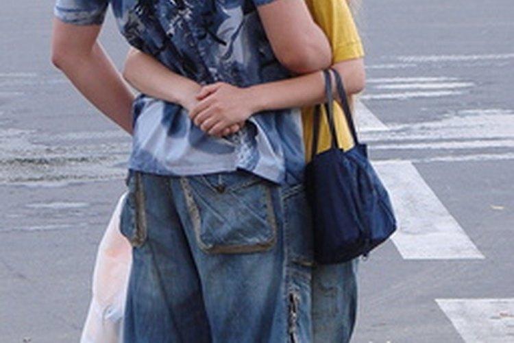 Abrazar a tu pareja puede ser un desafío si él es más alto que tú.