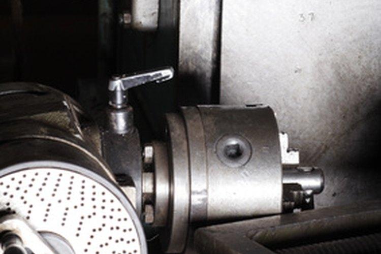Operar un torno para metal supone adquirir muchos años de experiencia.