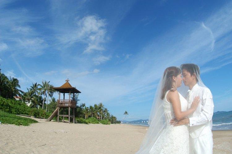 Una boda en la playa requiere vestimenta menos formal.