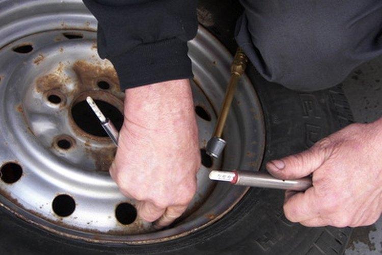 Siempre haz que un mecánico certificado revise tus neumáticos.
