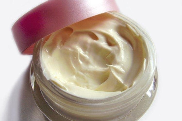 La manteca de karité se puede convertir en una crema hidratante suave para el pelo.