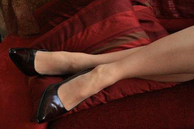 Conoce qué tipo de zapatos combinan mejor con una falda tubo y unas medias.
