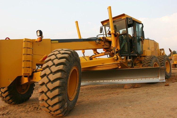 Una motoniveladora utiliza una hoja grande para crear una superficie lisa y uniforme para el mantenimiento o la construcción.