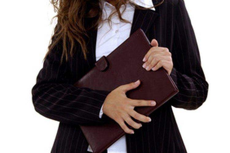 Una cena de negocios casual puede implicar una camisa abierta y una chaqueta de traje para tu comodidad.