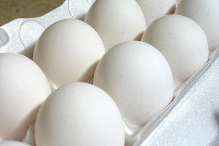 Hay muchas formas de cocinar un huevo, pero algunas de ellas son peligrosas en un microondas.