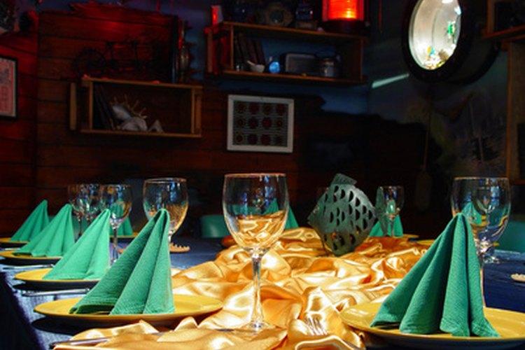 El plegado creativo de servilletas realza el ambiente de una habitación.