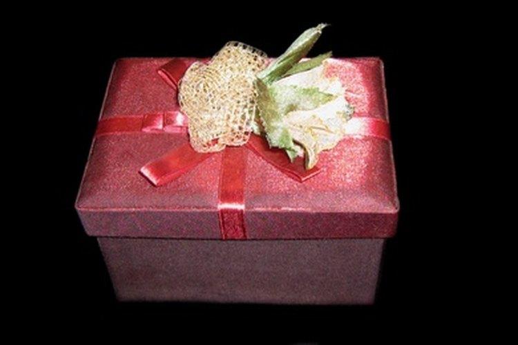 Cómo comprar un regalo de graduación a un novio o a una novia.