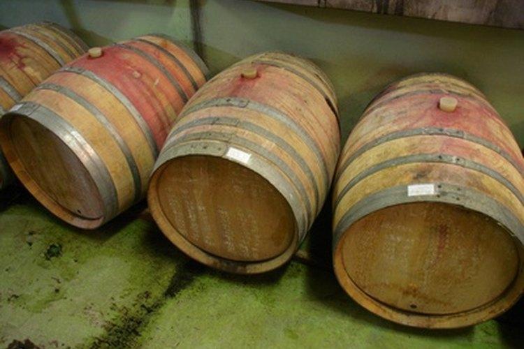 La mayoría de los barriles de vino están hechos con madera de roble francés.