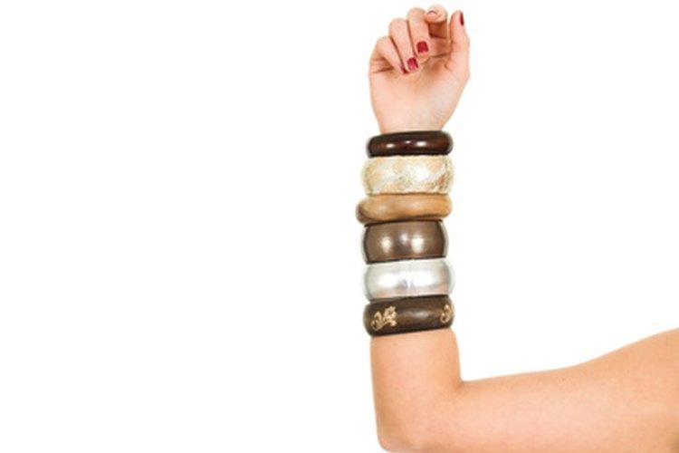 Los brazaletes son un tipo de joyas de pulsera rígida que hoy vienen en muchas variedades.