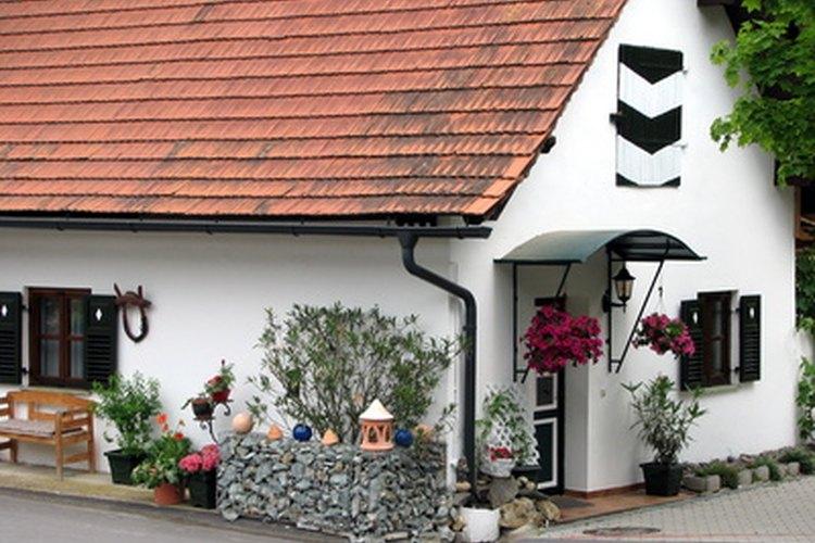 Las tejas de asfalto permanecen como un tipo de techo barato y popular.