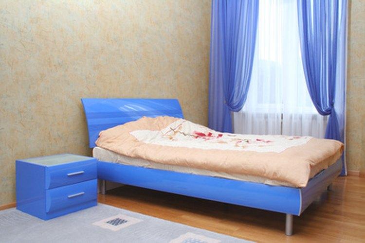 Coloca la cama de tu hijo contra una pared para evitar que caiga continuamente.