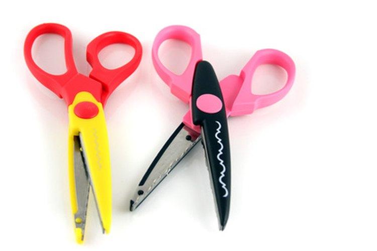 Usa tijeras diseñadas para artesanías para decorar los bordes de tus tarjetas.