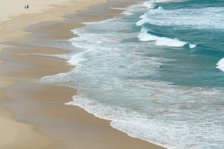 La playa puede ser un lugar muy romántico para tener una cita.