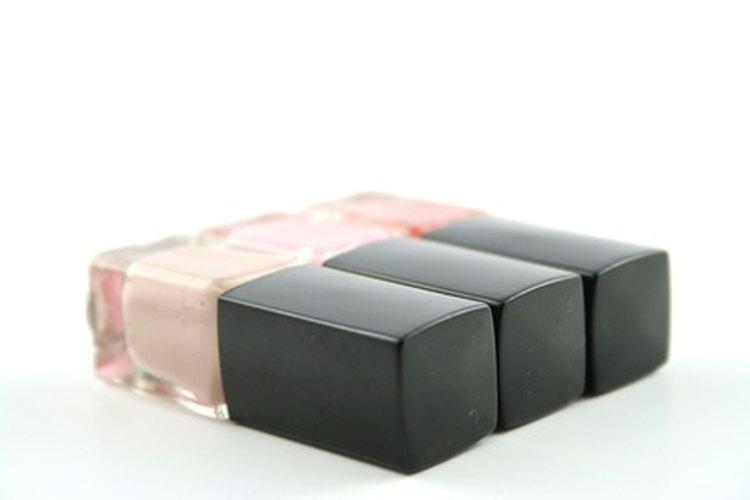 Un top coat preservará por más tiempo que un esmalte transparente el color que uses debajo.