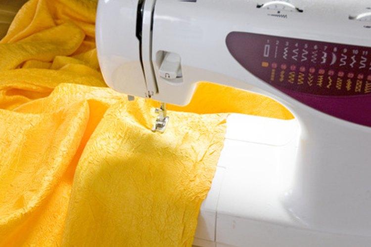 Puedes usar una máquina de coser que haga puntadas en zigzag u otra puntada elástica para hacer jeans o pantalones pitillo.