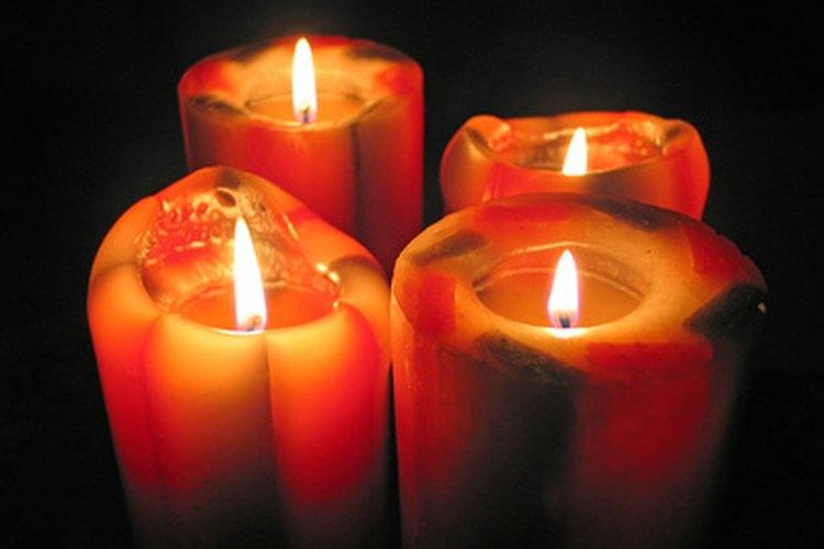 Puedes colocar velas que brillen en la obscuridad para darle una imagen única a la fiesta de tu adolescente.