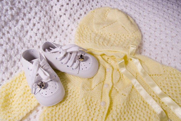 Guarda el primer traje del bebé.