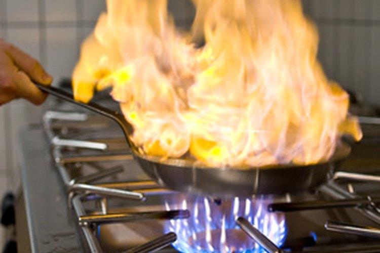 El alcohol se utiliza en la preparación de muchos platos.