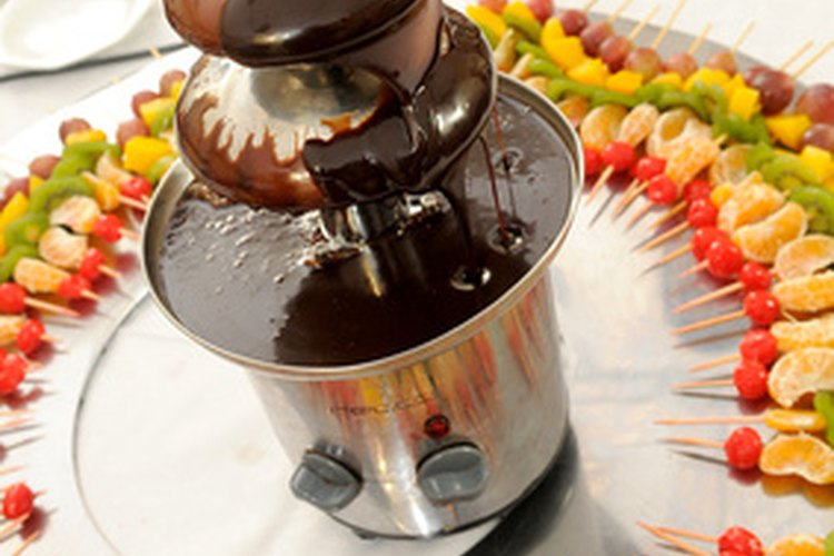 Una fuente de chocolate con fruta.