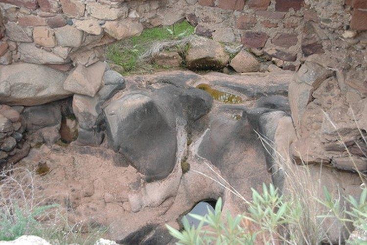 Las rocas saliendo a la superficie de la tierra se fracturan.