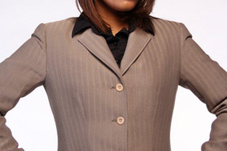 Una raya de costado en un peinado suelto mantiene el cabello elegante y profesional.