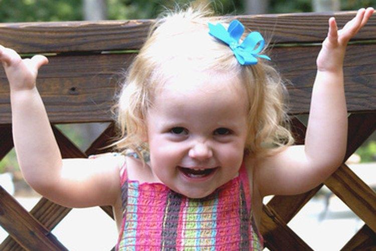 Los niños pequeños usan gestos para comunicarse a medida que desarrollan el lenguaje hablado.