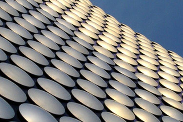 Los tipos más comunes de varistores parecen discos de cerámica.
