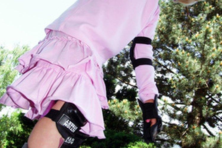 Viste a los niños con equipos de protección para patinar.