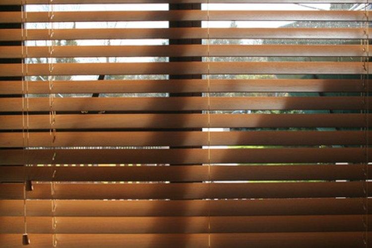 La cuerda que pasa por estas persianas es parte de un sistema de poleas