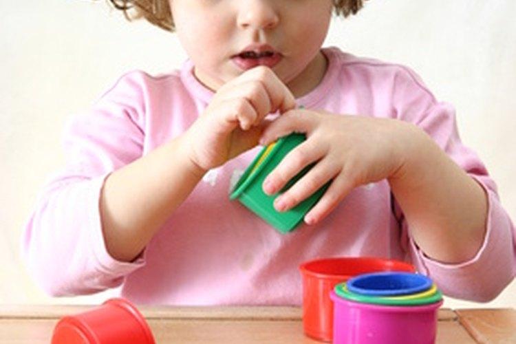 Las actividades en el aula para los alumnos pequeños deben focalizarse en el desarrollo de habilidades de rutinas y motoras.