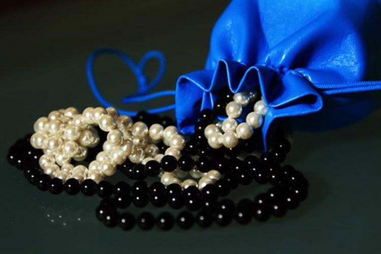 Las perlas blancas o rosas provienen de las lágrimas de Eva; las perlas negras de las de Adán, dice la leyenda.