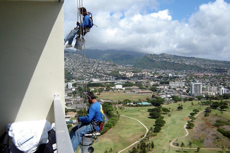El lavado de ventanas en rascacielos es un trabajo de alto riesgo.
