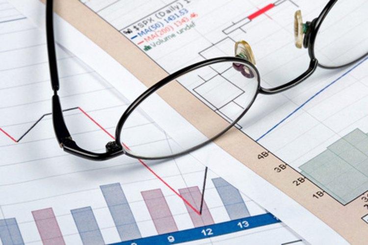 Un suscriptor de seguros trabaja para establecer las tasas de seguros.