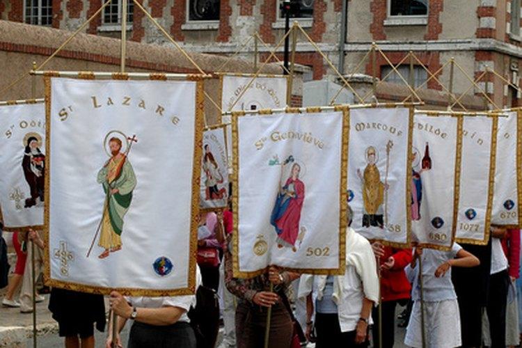 Los ministros de la eucaristía se unen a la procesión hacia la parroquia.