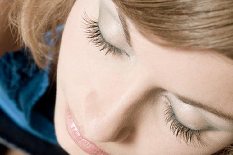 Puedes darle a las narices grandes y anchas una apariencia más fina con maquillaje y accesorios.