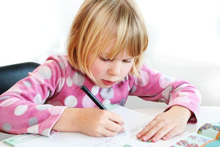 Los niños aprenden cómo redactar ensayos al escribir acerca de sus vacaciones de verano.
