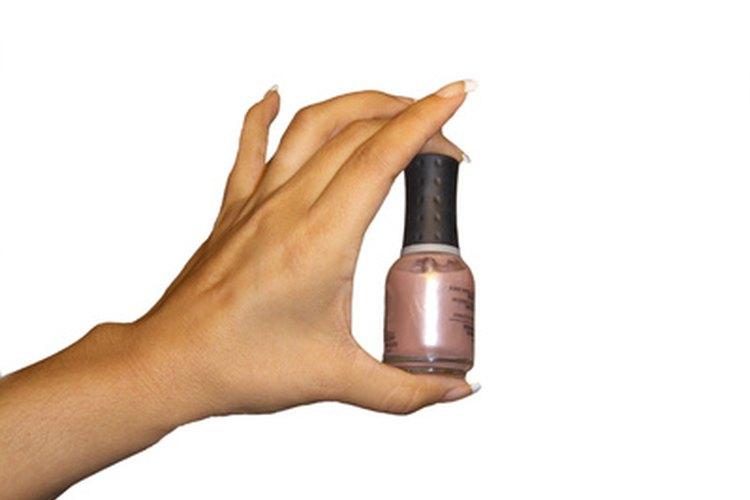 Algunos pasos cuidadosos pueden prevenir que hayan burbujas en tu esmalte para uñas.