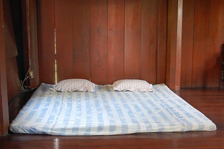 Quita las manchas de sangre del colchón con la ayuda de algunos elementos comunes en el hogar.