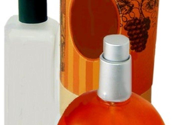 La mayoría de los perfumes pueden ser divididos en notas base, media y altas.