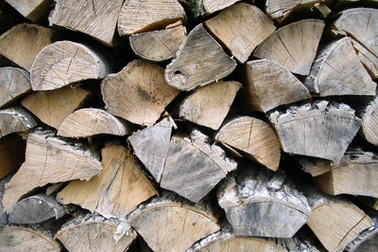 Se debe secar la leña con el fin de reducir el contenido de humedad para poder quemarla.