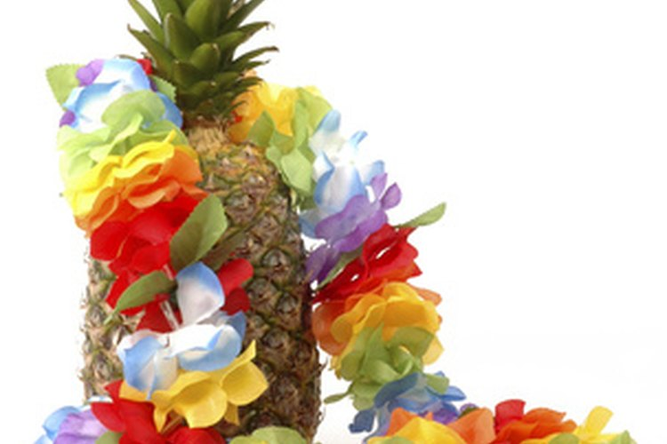 Bríndale a cada invitado un lei para usar en la fiesta de tema hawaiano.