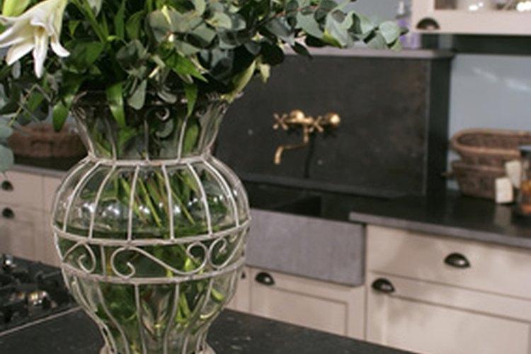 El granito oscuro y los armarios blancos le dan una atmósfera clásica a tu cocina.